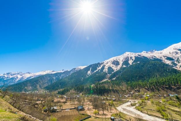 Piękny krajobraz pokryte śniegiem krajobraz kaszmir stan, indie.