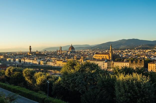 Piękny krajobraz powyżej, panorama na historyczny widok florencji z punktu piazzale michelangelo. poranny czas.
