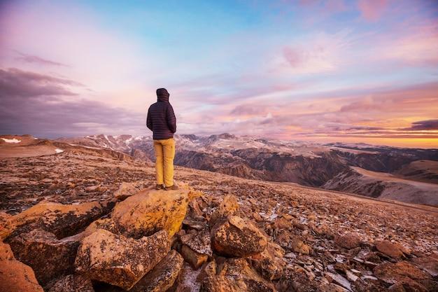 Piękny krajobraz przełęczy beartooth. shoshone national forest, wyoming, usa. scena wschód słońca.