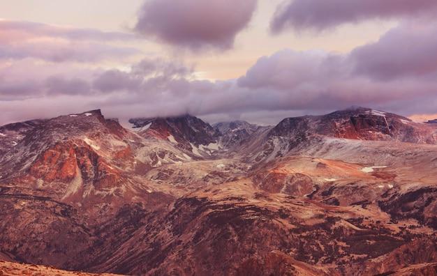Piękny krajobraz przełęczy beartooth. shoshone national forest, wyoming, usa. scena wschodu słońca.