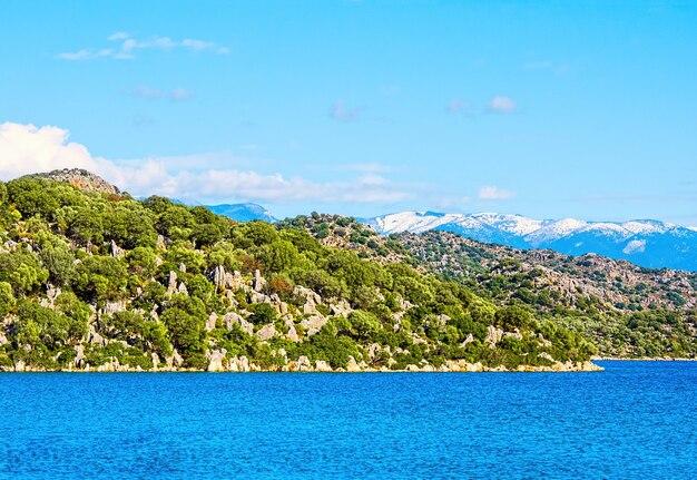 Piękny krajobraz przyrody z morzem śródziemnym i górami w turcji na drodze licyjskiej w zimie