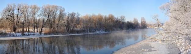 Piękny krajobraz rzeki między drzewami