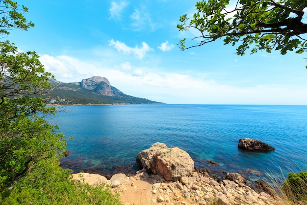 Piękny krajobraz skał, morze i błękitne niebo