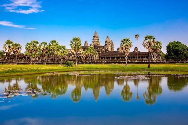Piękny krajobraz starożytnego miasta angkor wat w kambodży.
