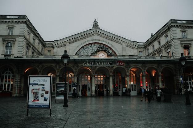 Piękny krajobraz strzał stacji metra w paryżu w pochmurny dzień.