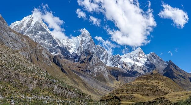 Piękny krajobraz strzelający z zapierającym dech w piersiach pasmem górskim cordillera huayhuash w peru