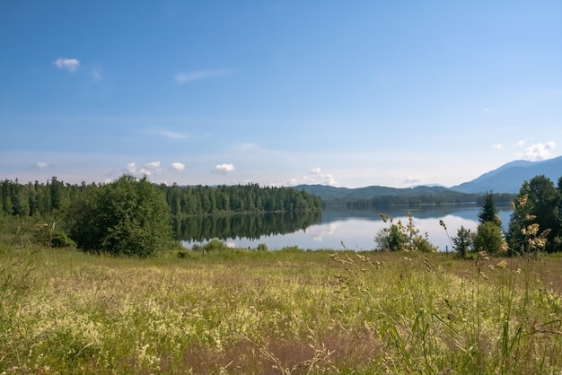 Piękny krajobraz syberyjski. jezioro tagasuk, rosja