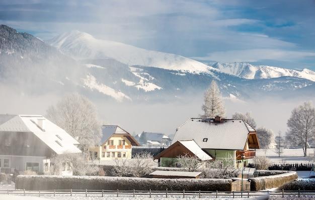 Piękny krajobraz tradycyjnego austriackiego miasta w górach pokrytych śniegiem