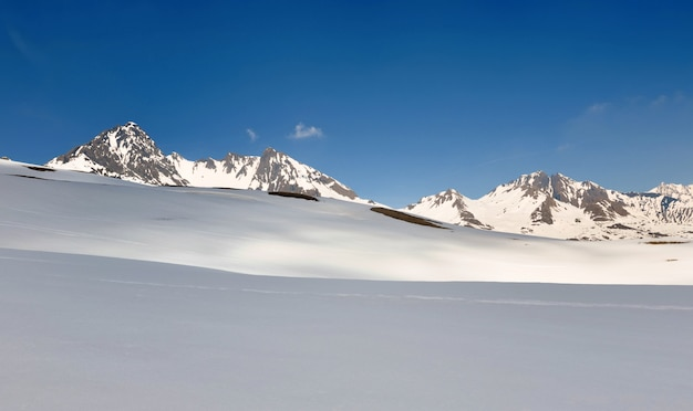 Piękny krajobraz w alpejskich śnieżnych europejskich górach