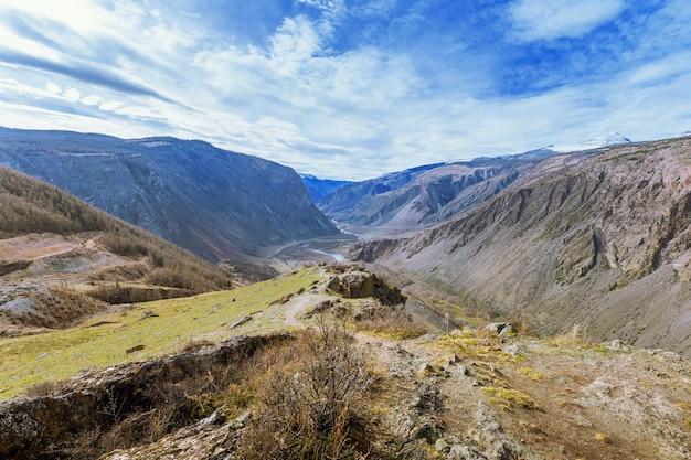 Piękny krajobraz w dolinie chulyshman w republice ałtaju