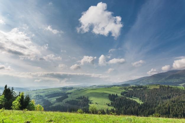 Piękny krajobraz w górach z chmurami na niebie