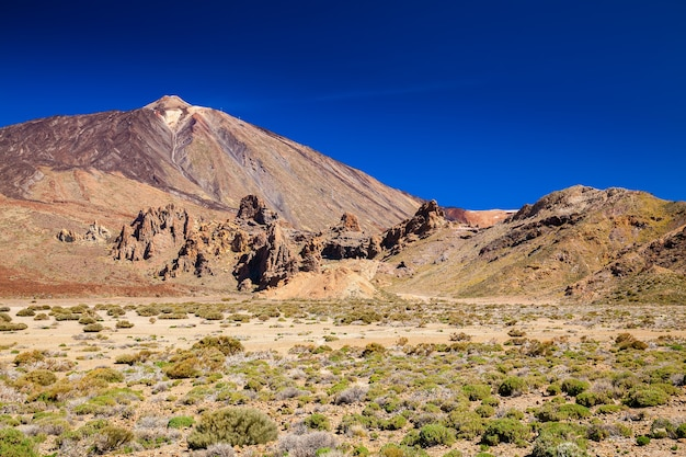 Piękny krajobraz w parku narodowym las canadas z pico del teide, teneryfa, hiszpania