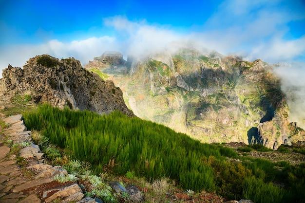 Piękny krajobraz w pico do arieiro z lekkimi chmurami