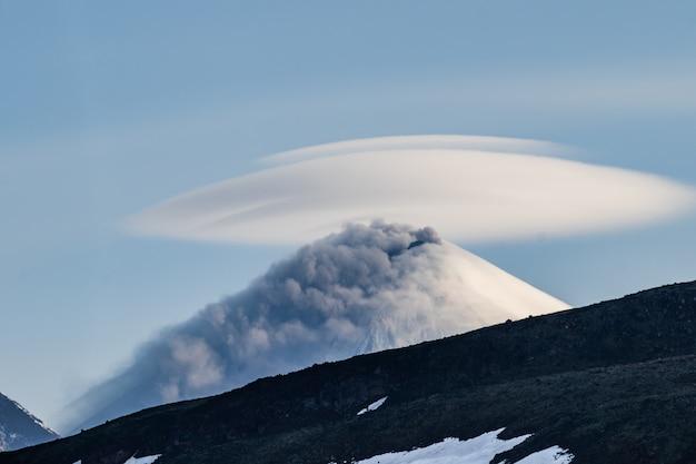 Piękny krajobraz wulkaniczny: wulkan klyuchevskaya sopka