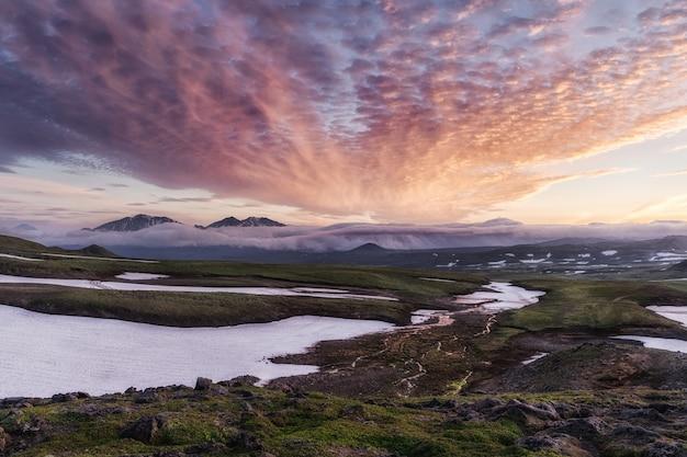 Piękny krajobraz wulkanu półwyspu kamczatka: wschód słońca nad wulkanem viliuchinsky (wulkan vilyuchik) - popularne cele podróży dla turystów i podróżników odwiedzających region kamczatka w rosji