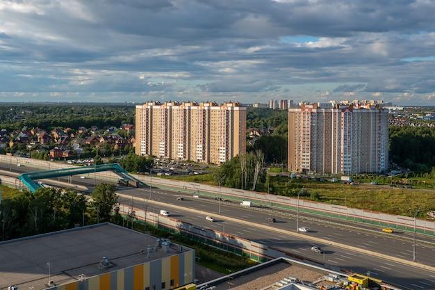 Piękny krajobraz z blokiem miejskim na obrzeżach miasta