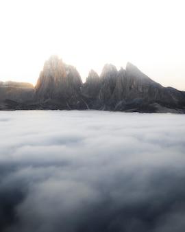 Piękny krajobraz z chmurami, dolomity, włochy