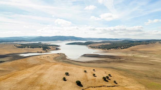Piękny krajobraz z drzewami i jeziorem wzięty przez drona