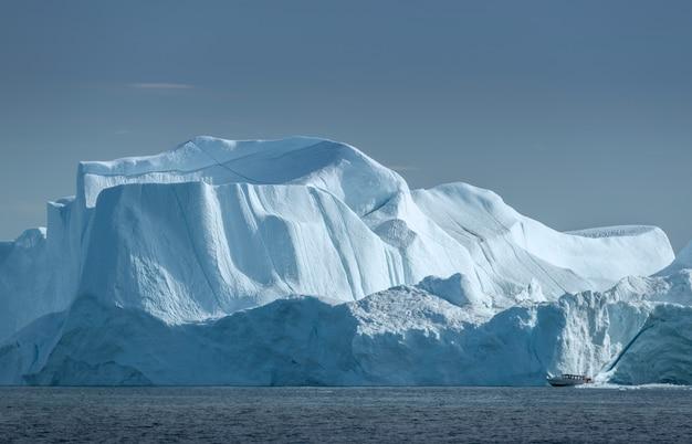 Piękny krajobraz z dużymi górami lodowymi