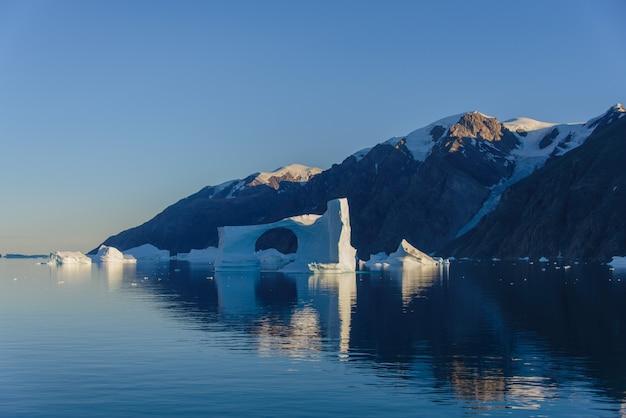 Piękny krajobraz z górą lodową w grenlandii w czasie.