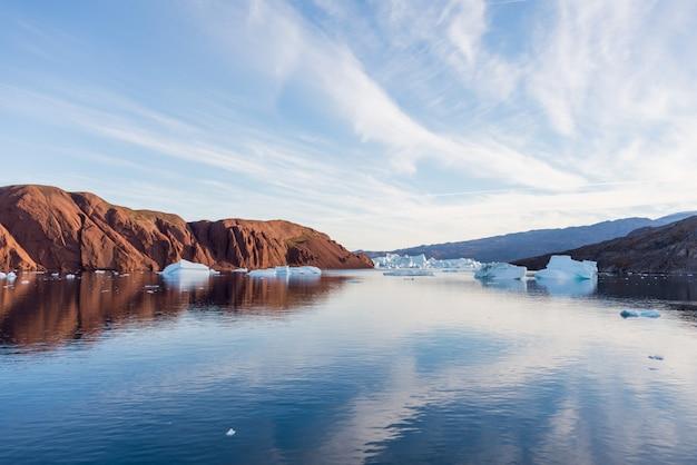Piękny krajobraz z górą lodową w grenlandii w okresie letnim. słoneczna pogoda.