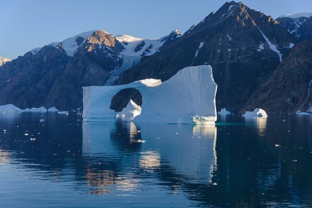 Piękny krajobraz z górą lodową w grenlandii w okresie letnim. su