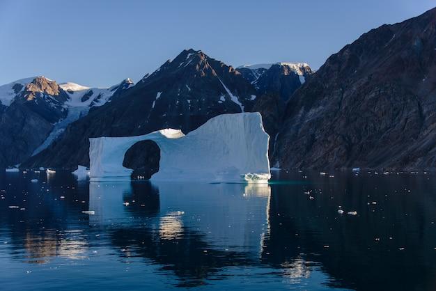 Piękny krajobraz z górą lodową w grenlandii w okresie letnim.