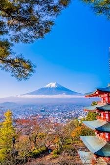 Piękny krajobraz z górskich fuji z pagoda chureito wokół drzewa liści klonu jesienią