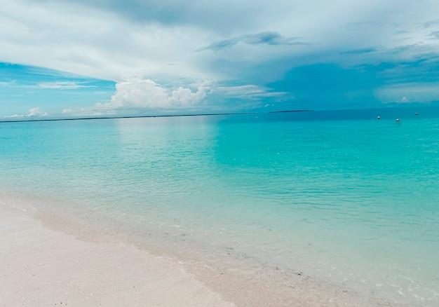 Piękny krajobraz z lazurową wodą oceanu na tle błękitnego nieba. koncepcja wakacji i podróży.