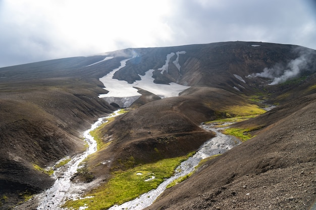 Piękny krajobraz z lodowcem, wzgórzami i zielonym mchem na szlaku fimmvorduhals w pobliżu landmannalaugar w słoneczny letni dzień, islandia.