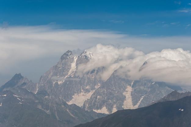 Piękny krajobraz z majestatycznymi górami, widok z podróży