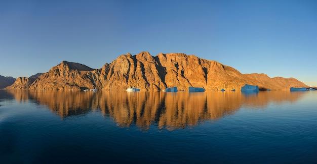 Piękny krajobraz z odbiciem w wodzie w grenlandia