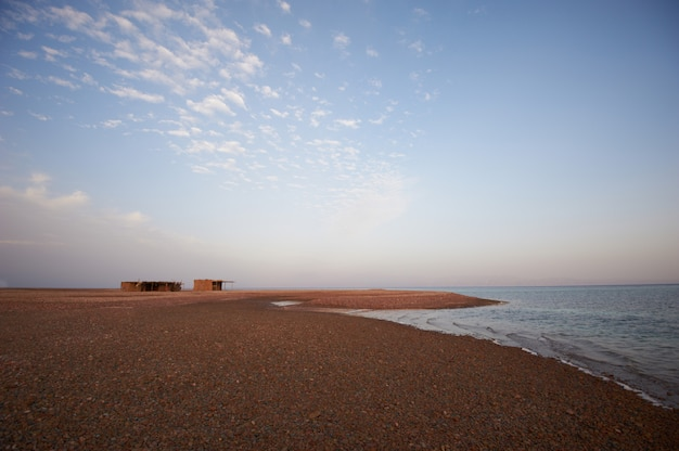 Piękny krajobraz z spokojnym morzem i wioską