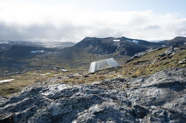 Piękny krajobraz z wieloma formacjami skalnymi i namiotem w finse w norwegii