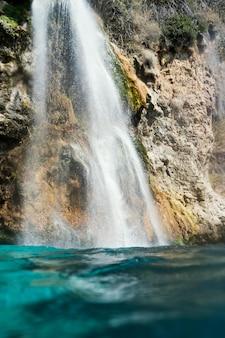 Piękny krajobraz z wodospadem