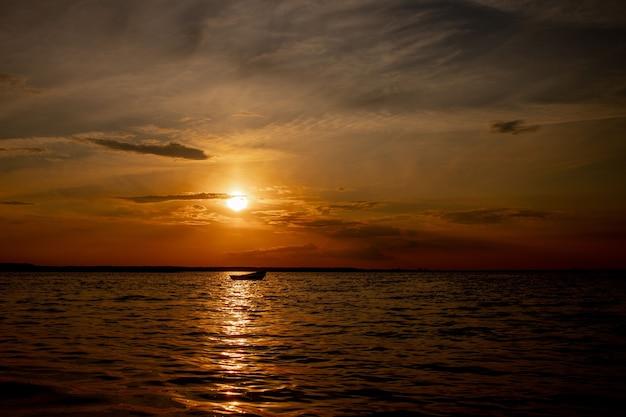 Piękny krajobraz z zachodem słońca nad jeziorem świtaź na ukrainie.
