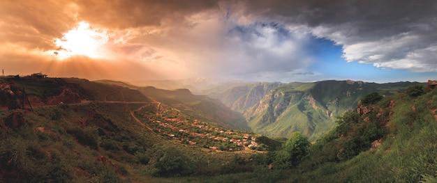 Piękny krajobraz z zielonymi górami i pochmurnym niebem