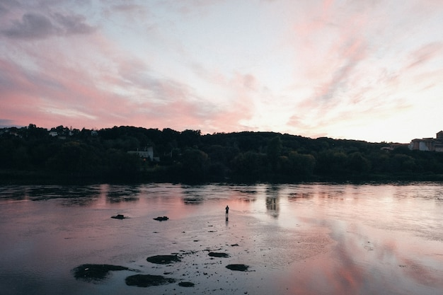 Piękny krajobraz zachód słońca nad morzem
