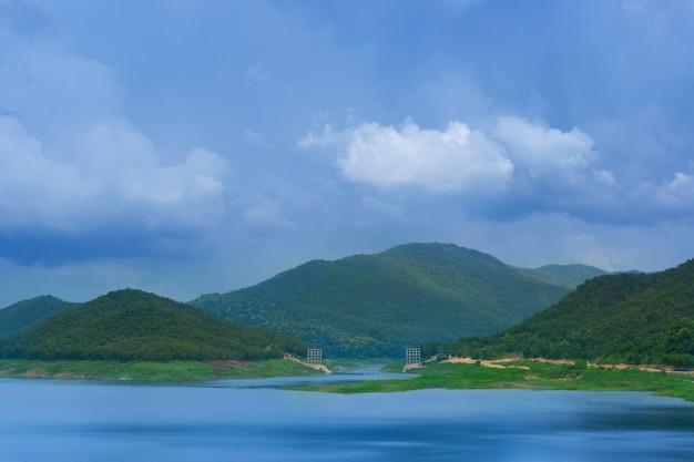 Piękny krajobraz zapory mae kuang w tajlandii