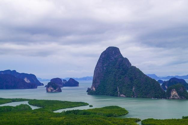 Piękny krajobraz zatoki phang nga z lasem namorzynowym z zachmurzonym niebem przed burzą.