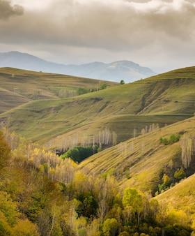 Piękny krajobraz ze słynnym pasmem gór apuseni w rumunii pod zachmurzonym niebem