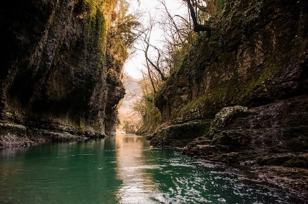 Piękny krajobraz zielonej górskiej rzeki płynącej wśród skał w kanionie martvili