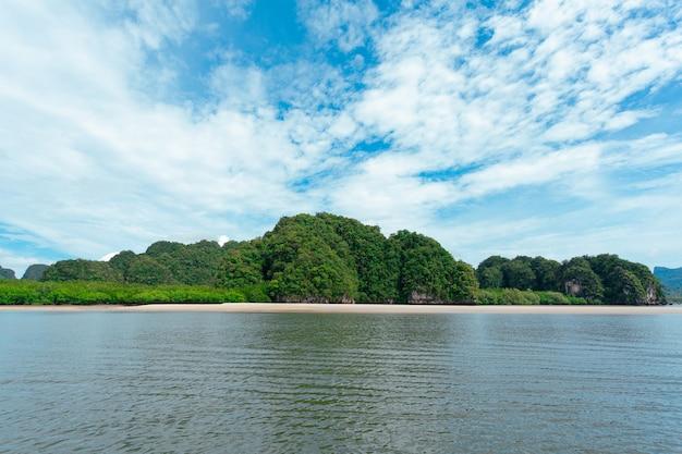 Piękny krajobraz zielonych gór z morzem i chmurami na niebieskim niebie
