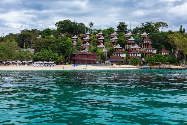 Piękny krajobrazowy phi phi wyspy wysoki sezon i kurort w tajlandia