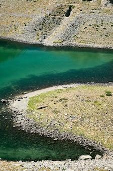 Piękny krajobrazowy widok na małe górskie jezioro w dolinie riwiery francuskiej