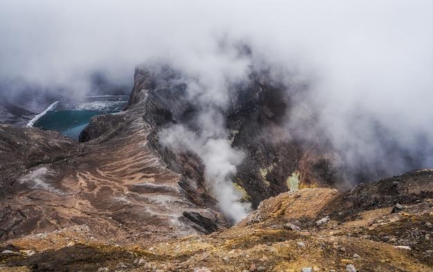 Piękny krater jezioro w krwawym wulkanu kraterze, kamczatka, rosja