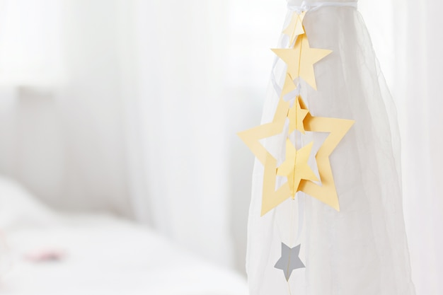 Piękny krawat zasłonięty paskiem z ozdobnymi gwiazdkami