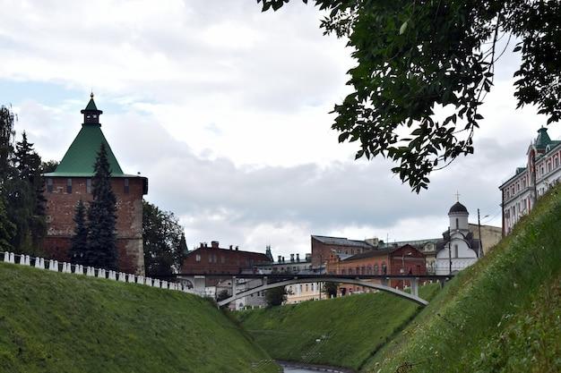 Piękny kreml na wzgórzu. niżny nowogród