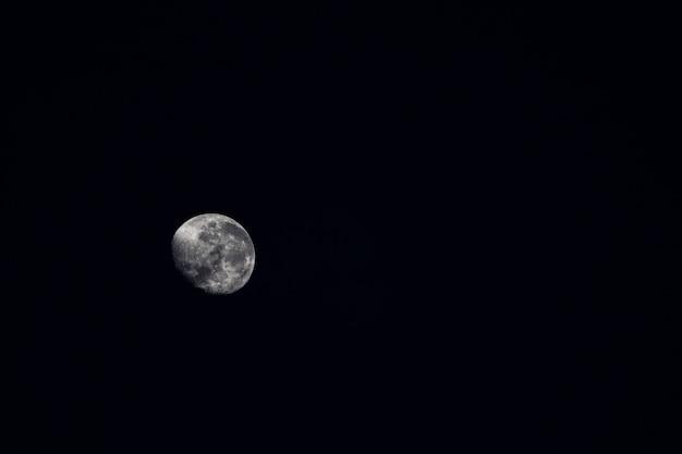 Piękny księżyc lśniący w ciemności