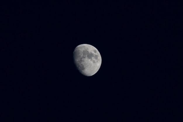Piękny księżyc na czarnym nocnym niebie